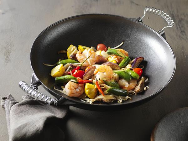 Středomořský wok - restovaná zelenina s jumbo krevetami