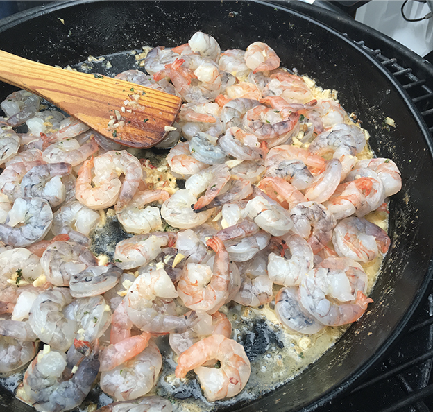 Grilované krevety na bílém víně s česnek a petželí