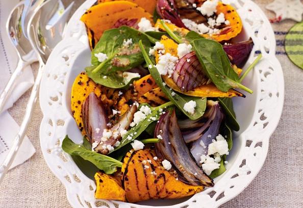 Podzimní salát z grilové dýně, cibule, špenátem a sýrem feta