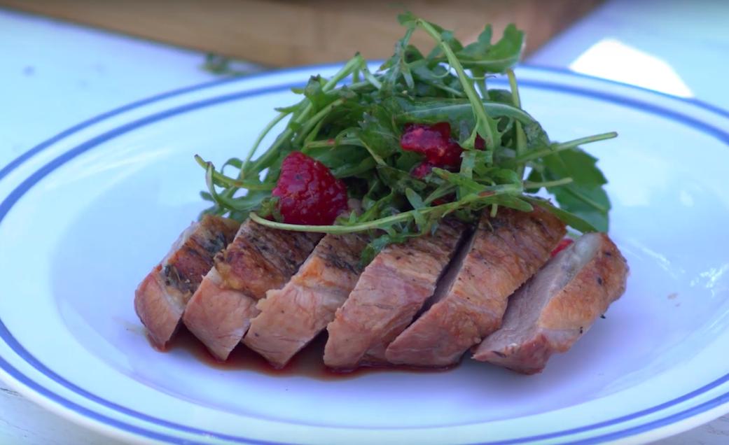 Grilovaná a zauzená kachní prsa se salátkem
