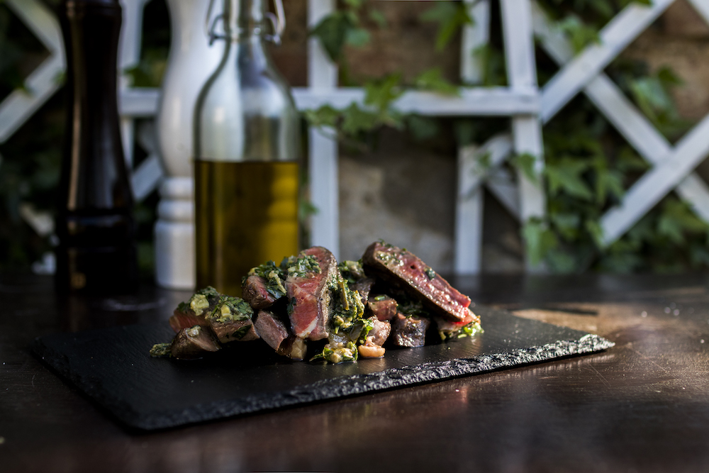 Hovězí steak se salsou verde